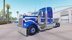 El Azul de la piel en un camión Blanco Kenworth